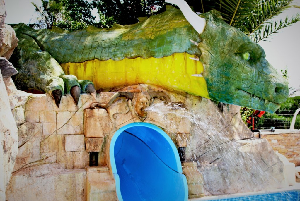 dragon créature légendaire réaliser en béton sculpter